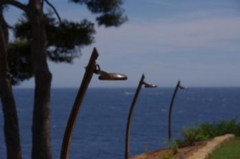 QUIETUDE : luminaire design extérieur, laiton massif vieilli, lampe Led 5w. 120 x 30 mm. Support chêne vieux, 1100 x 70